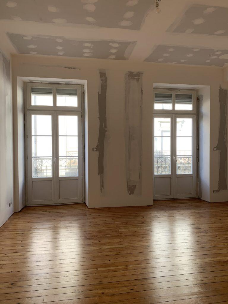 Rénovation du salon par PMP plaquiste Angers avec un magnifique parquet