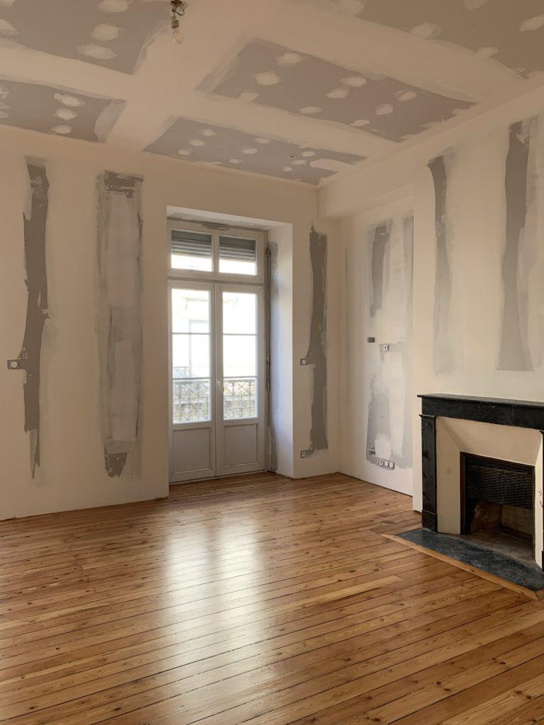 Isolation murs et pose de cloison par PMP plaquiste Angers avec cheminée et parquet
